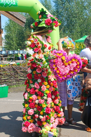 Velyki Sorochyntsi -August 20, 2016: Tourists taking photo with living statues during Sorochintsy Fair in Velyki Sorochyntsi, Ukraine