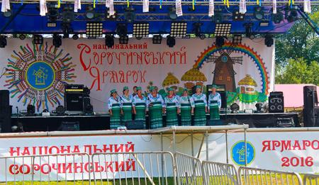 acordeon: Velyki Sorochyntsi-Agosto 20, 2016: grupo musical Nacional actúa sobre Sorochintsy Feria en Velyki Sorochyntsi, Ucrania