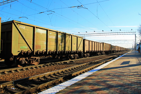 Uitzicht op de spoorweg en goederentreinen