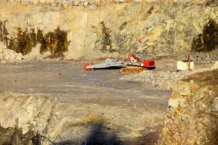 maquinaria pesada: Heavy machinery in the granite quarry