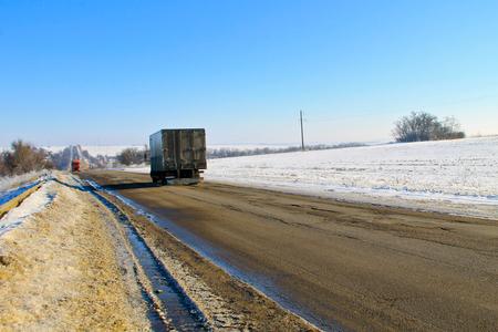 violación: Roto de asfalto roto en invierno Foto de archivo