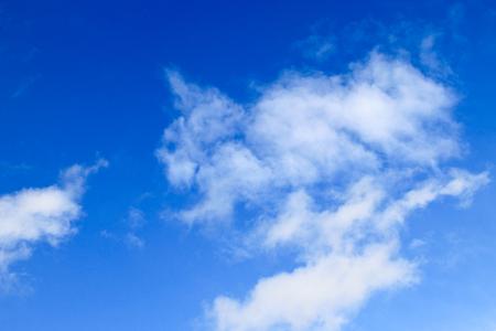 Weiße Wolken in blauen Himmel
