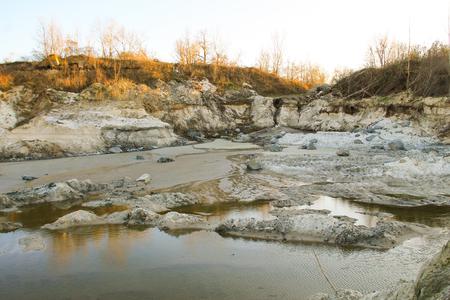 suelo arenoso: Pozo de arena con agua en cantera