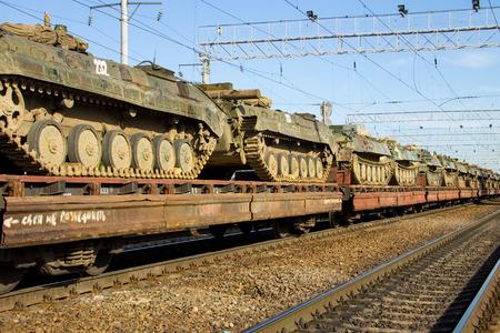 luxacion: Tren de carga que transportaba tanques militares en vagones planos de ferrocarril