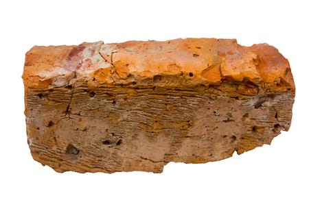 Vieille brique rouge isolée sur fond blanc