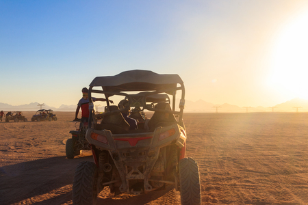 Safari trip through egyptian desert driving buggy cars 版權商用圖片