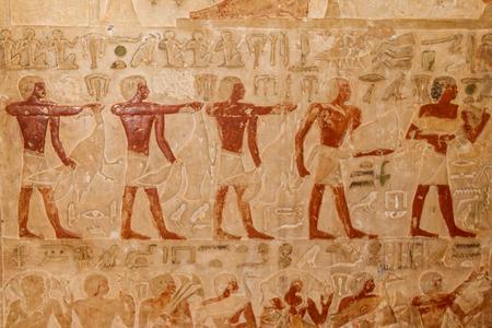 Alte ägyptische Gemälde und Hieroglyphen in die Steinmauer gehauen Standard-Bild