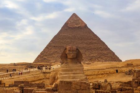 Gran Esfinge egipcia y pirámides de Giza en El Cairo, Egipto