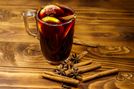Mulled wine and spices on wooden table 版權商用圖片