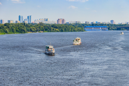 Tourist ships sailing on the Dnieper river in Kiev Banque d'images