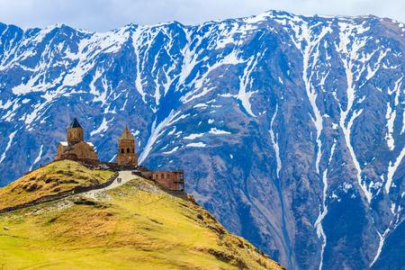 Gergeti Trinity Church (Tsminda Sameba), Chiesa della Santa Trinità vicino al villaggio di Gergeti nelle montagne caucasiche, Georgia Archivio Fotografico