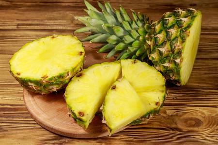 Fresh pineapple on wooden table Imagens