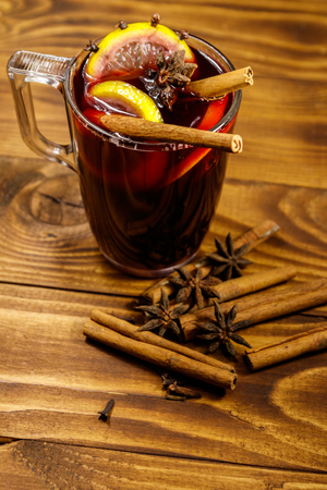 Mulled wine and spices on wooden table 스톡 콘텐츠