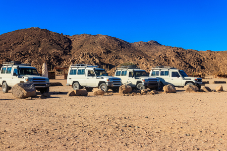 Off road SUV cars in bedouin village in Arabian desert near Hurghada, Egypt Reklamní fotografie