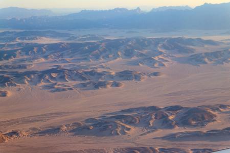 Luftaufnahme der arabischen Wüste und des Gebirges Red Sea Hills in der Nähe von Hurghada, Ägypten. Blick aus dem Flugzeug Standard-Bild