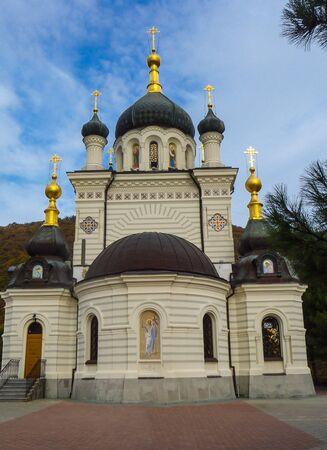 Iglesia de Foros (Iglesia de la resurrección de Cristo) cerca del paso de Baidarsky en Crimea Foto de archivo