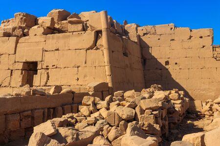 Der Karnak-Tempelkomplex, allgemein bekannt als Karnak, umfasst eine riesige Mischung aus verfallenen Tempeln, Kapellen, Pylonen und anderen Gebäuden in Luxor, Ägypten