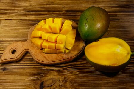 Fresh mango fruit on wooden table Banque d'images - 130815916