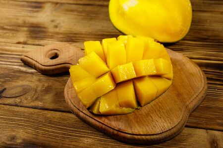 Fresh mango fruit on wooden table Banque d'images - 130815917