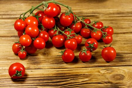 Fresh cherry tomatoes on a wooden table Banque d'images - 130815943