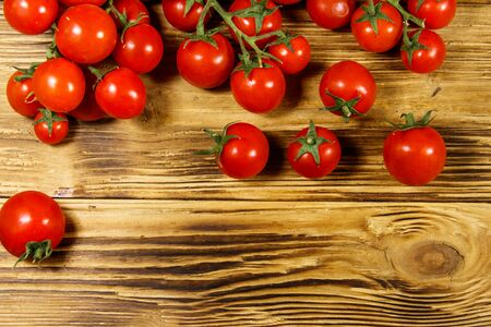 Fresh cherry tomatoes on a wooden table. Top view Banque d'images - 130815944