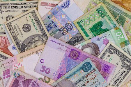 Sfondo multivaluta di dollari USA, rubli russi, rubli bielorussi, sterline egiziane e grivna ucraine