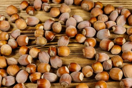Heap of hazelnuts on a wooden table Stockfoto