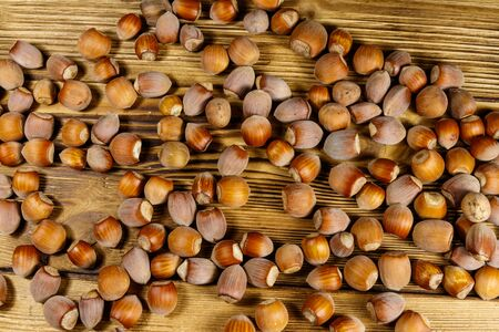 Heap of hazelnuts on a wooden table 写真素材 - 131922985