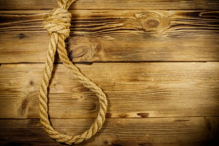 Deadly loop of rope on a wooden background. Concept of death penalty or suicide 스톡 콘텐츠