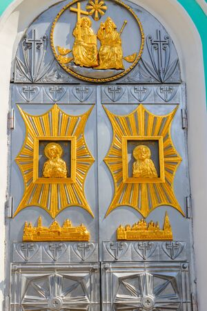 Close-up of entrance door decorated with gilded icons in Trinity cathedral of Holy Trinity-Saint Seraphim-Diveyevo Monastery in Diveyevo, Russia 免版税图像