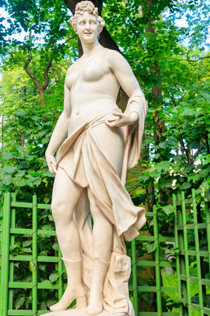 Marble statue of muse of comedy and light poetry Thalia in old city park Summer Garden in St. Petersburg, Russia Banque d'images - 132984394