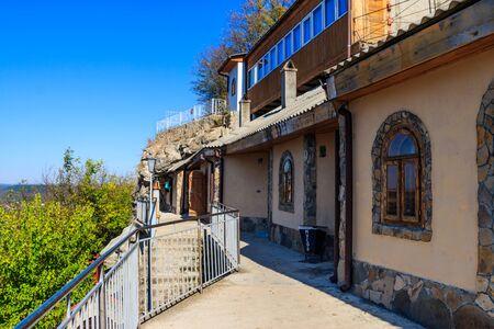 Galician Cave St. Nicholas Monastery located on a bank of the Dniester river in Halytsya village, Chernivtsi region, Ukraine Stockfoto