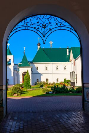 Transfiguration monastery in Murom, Russia. View through arched passway Stockfoto