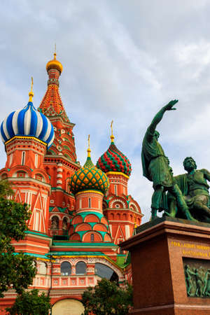 Monument of Minin and Pozharsky at front of St. Basil cathedral on Red Square in Moscow, Russia 免版税图像