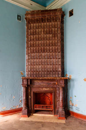 Vintage fireplace in a living room of abandoned palace 免版税图像