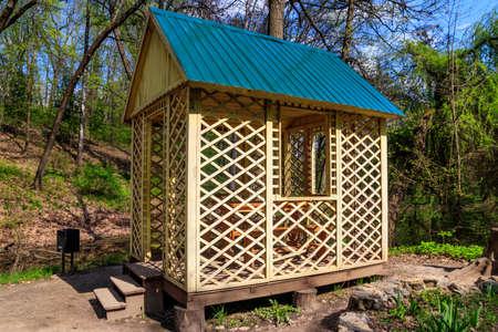 Small wooden gazebo in the Krasnokutsk park, Kharkiv region, Ukraine 免版税图像