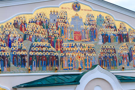 Large mosaic icon on a facade of building in Holy Trinity-Saint Seraphim-Diveyevo convent in Diveyevo, Russia 免版税图像
