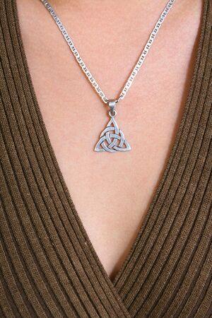 Achtergrond. Close up Keltische sieraden op lichaam