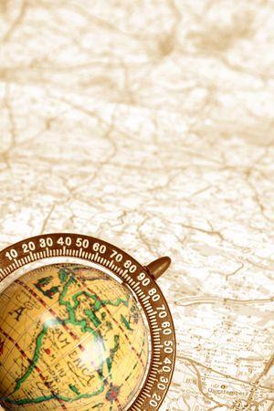 oude wereldbol op de achtergrond van de kaart