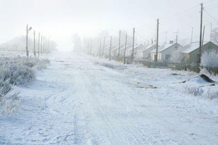 Landelijke weg in de winter overdekte sneeuw