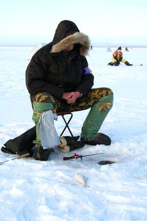 Vissen op het ijs van het bevroren meer Stockfoto