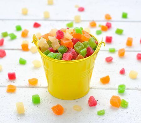 Frutti canditi colorati in un piccolo secchio