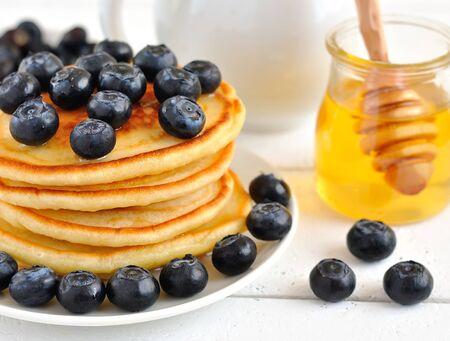 palatschinken: Pfannkuchen mit Blaubeeren Lizenzfreie Bilder