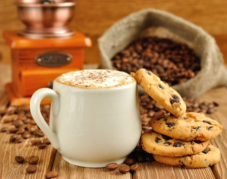 Koffie met schuim en koekjes Stockfoto
