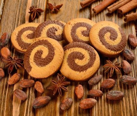 cacao beans: Galletas de chocolate y cacao en grano en una mesa de caf�