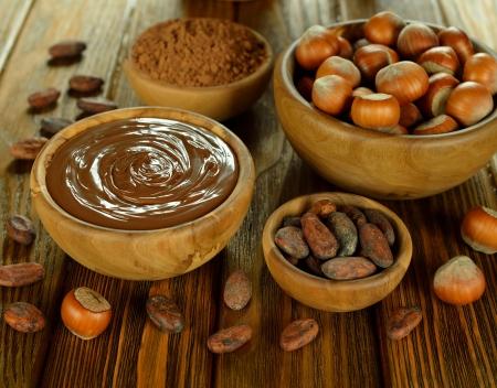 Chocolate, cacao y avellanas en una mesa de café Foto de archivo - 18824068