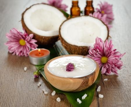 coconut oil: L'olio di cocco e cocco su sfondo marrone