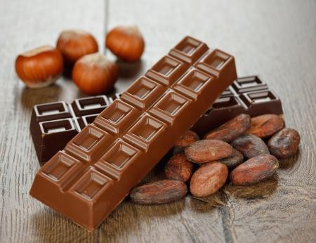cacao beans: Chocolate y cacao en un fondo marr�n Foto de archivo