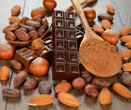 cacao beans: Chocolate, frutos secos y granos de cacao sobre un fondo marr�n