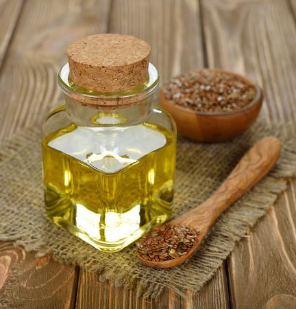 Leinöl in einer Glasflasche auf einem braunen Tisch